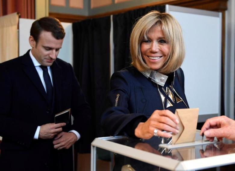 Bà Brigitte Trogneux, phu nhân ông Emmanuel Macron, cùng chồng đi bỏ phiếu bầu Tổng thống Pháp ngày 7/5 - Ảnh: Reuters.<br>
