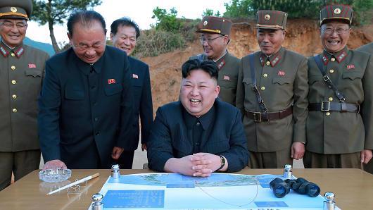 Nhà lãnh đạo Triều Tiên Kim Jong Un bên các phụ tá - Ảnh: KCNA/CNBC.<br>
