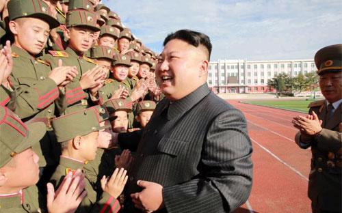 Nhà lãnh đạo Triều Tiên Kim Jong Un thăm một học viện quân sự nước này. Ảnh do hãng thông tấn trung ương Triều Tiên công bố hôm 13/10 - Ảnh: KCNA/Reuters.<br>