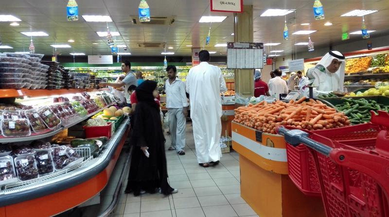 Bên trong một siêu thị ở Doha, Qatar. Bị láng giềng cấm vận, nước này đã phải nỗ lực tìm các nguồn cung hàng hóa thay thế.<br>
