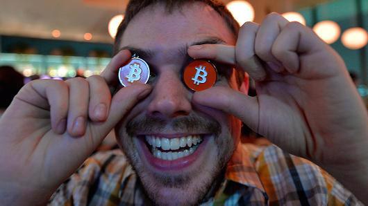 Bất ổn chính trị trên toàn cầu đã khiến nhiều nhà đầu tư tìm đến Bitcoin như một tài sản an toàn - Ảnh: Getty/CNBC.<br>