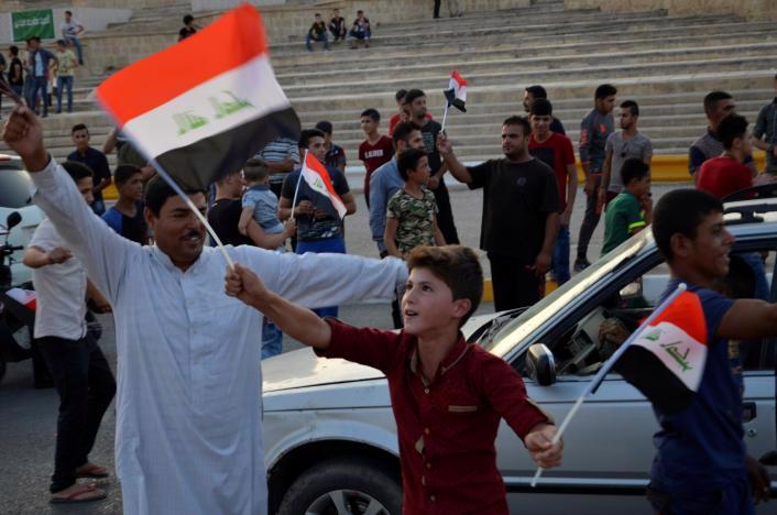 Người dân Iraq vui vừng trước tin thành phố Mosul được giải phóng khỏi IS - Ảnh: Reuters.<br>
