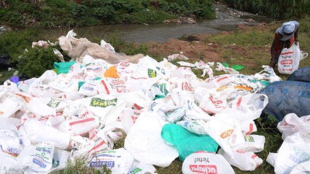 Những chiếc túi ni lông đựng hàng hóa bị vứt bỏ tại một bãi rác ở Kenya - Ảnh: Getty/BBC.<br>