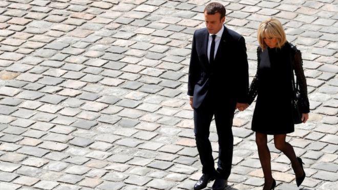 Tổng thống Pháp Emmanuel Macron và vợ, bà Brigitte Macron - Ảnh: Reuters/BBC.<br>