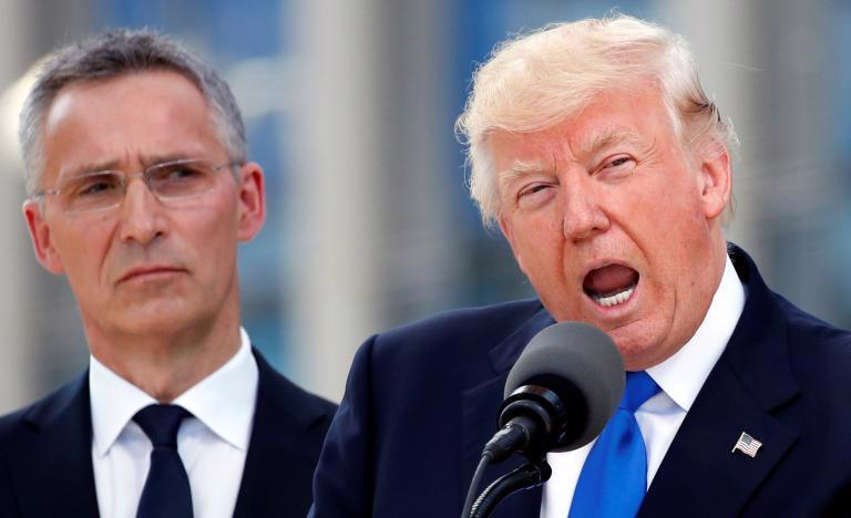 Tổng thư ký NATO Jens Stoltenberg (trái) lắng nghe khi Tổng thống Mỹ Donald Trump phát biểu tại trụ sở NATO ở Brussels, Bỉ ngày 25/5 - Ảnh: Reuters.<br>