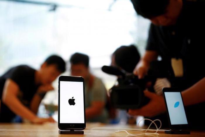 Điện thoại iPhone trong một cửa hiệu bán lẻ của Apple ở Bắc Kinh, Trung Quốc, tháng 9/2016 - Ảnh: Reuters.<br>