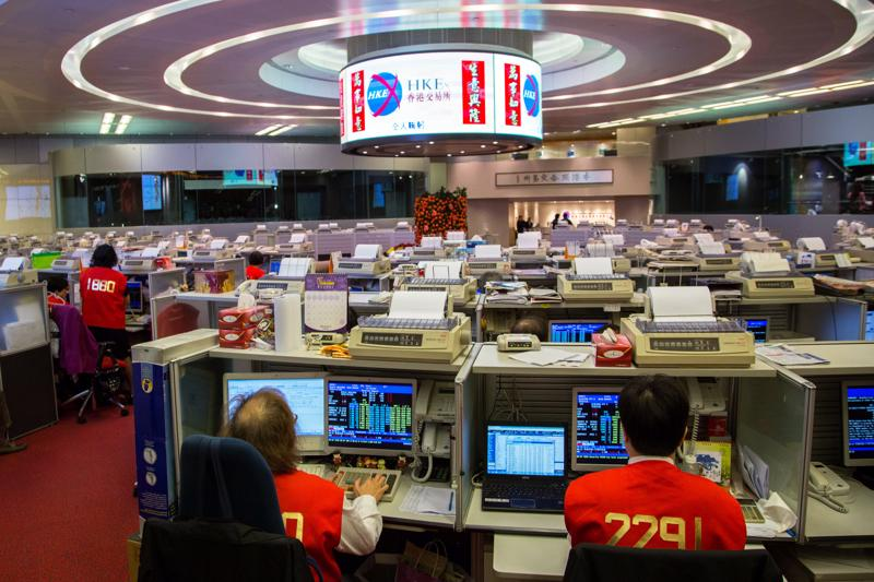 Các nhà giao dịch làm việc tại Sở Giao dịch chứng khoán Hồng Kông - Ảnh: CNBC.<br>