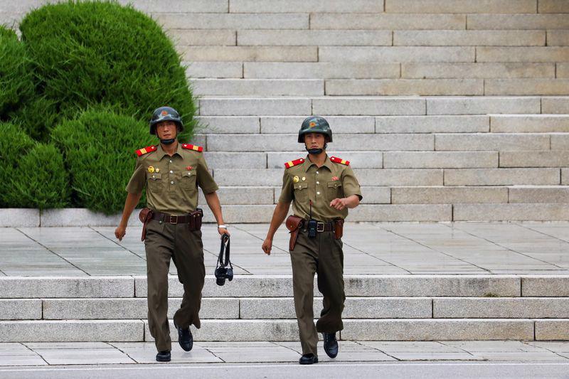 Hai binh sỹ Triều Tiên ở khu phi quân sự ở giới tuyến giữa hai miền bán đảo Triều Tiên hôm 27/7 - Ảnh: Bloomberg.<br>