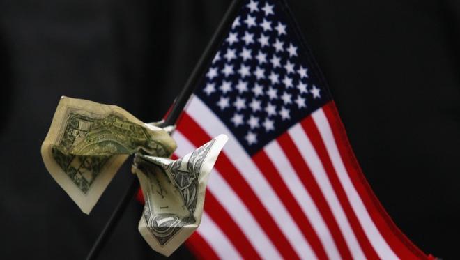 Với sự bất ổn của thị trường tăng mạnh, giới phân tích đã hạ khả năng FED nâng lãi suất trong tháng 12 xuống còn 47%, so với mức 82% vào ngày hôm qua. Điều này càng gây thêm sức ép mất giá đối với đồng USD.