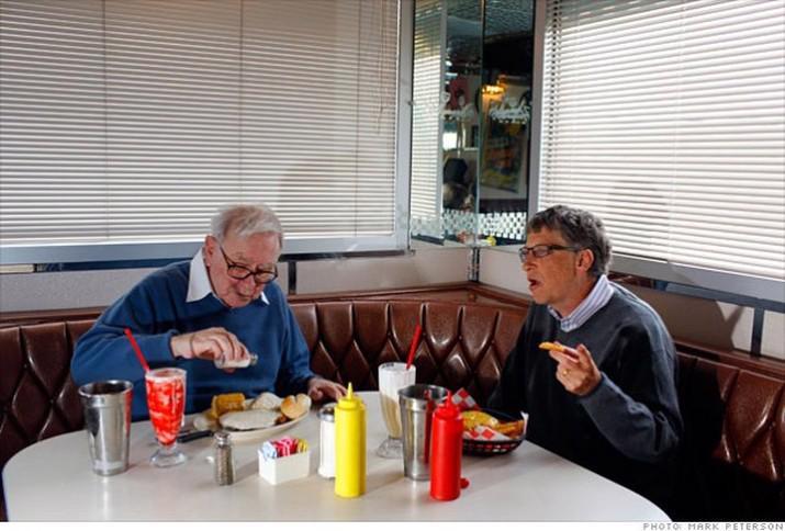 Tỷ phú Bill Gates (phải) và người bạn thân, tỷ phú Warren Buffett, trong một lần cùng nhau dùng bữa.<br>