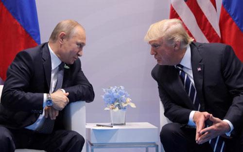 Tổng thống Mỹ Donald Trump (phải) và Tổng thống Nga Vladimir Putin trong cuộc gặp tại Hamburg, Đức, tháng 7/2017 - Ảnh: Reuters.<br>