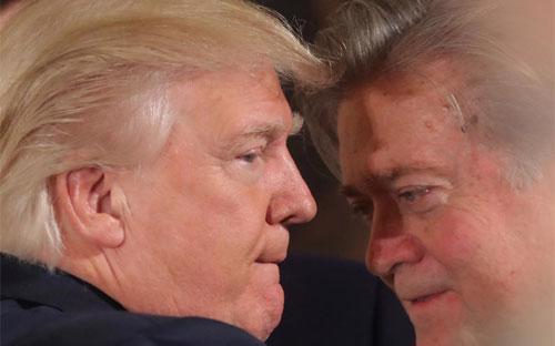 Tổng thống Mỹ Donald Trump và chiến lược gia Steve Bannon trong một cuộc nói chuyện ở Nhà Trắng vào tháng 1/2017 - Ảnh: Reuters.<br>