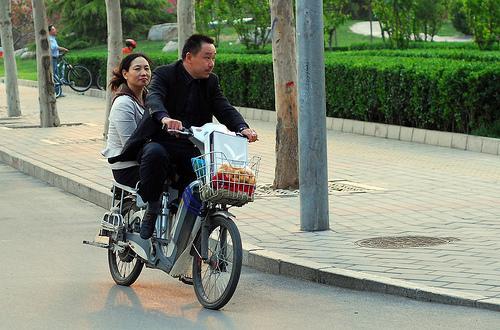 Xe đạp điện đã trở thành một phương tiện giao thông phổ biến ở Trung Quốc - Ảnh: China Digital Times.<br>
