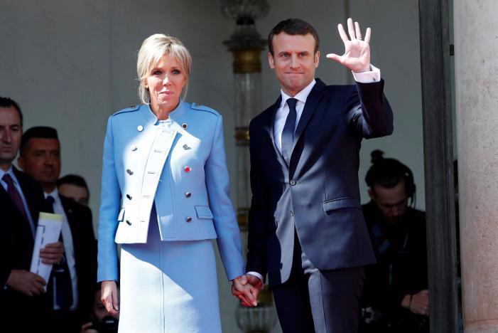 Tân Tổng thống Pháp Emmanuel Macron và phu nhân Brigitte Trogneux trong lễ nhậm chức của ông Macron ở Paris ngày 14/5 - Ảnh: Reuters.<br>
