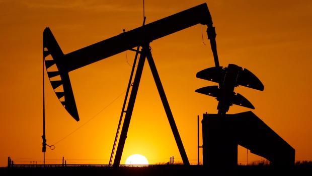 Bất chấp các nước OPEC tuân thủ hạn ngạch sản lượng nghiêm chỉnh chưa  từng thấy, các kho chứa dầu của thế giới vẫn chưa cho thấy dấu hiệu vơi  bớt.
