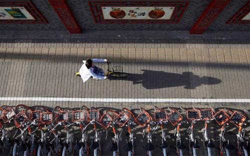 Những chiếc xe đạp cho thuê xếp trên vỉa hè một đường phố ở Bắc Kinh, Trung Quốc - Ảnh: Reuters/FT.<br>