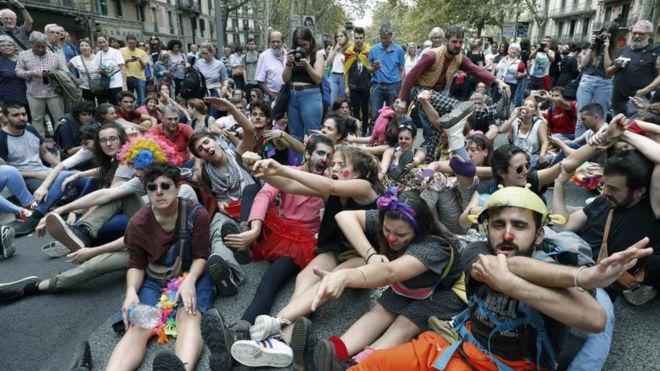 Các cuộc biểu tình đòi độc lập vẫn diễn ra ở Catalonia sau trưng cầu dân ý - Ảnh: EPA/BBC.<br>