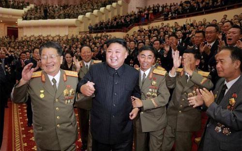 Nhà lãnh đạo Triều Tiên Kim Jong Un và các sỹ quan, tướng lĩnh quân đội nước này trong một sự kiện ở Bình Nhưỡng hôm 10/9 - Ảnh: KCNA/Reuters.<br>