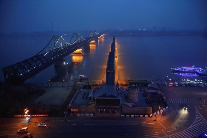 Hai cây cầu chạy qua sông Yalu nối giữa Trung Quốc và Triều Tiên - Ảnh: Reuters.<br>