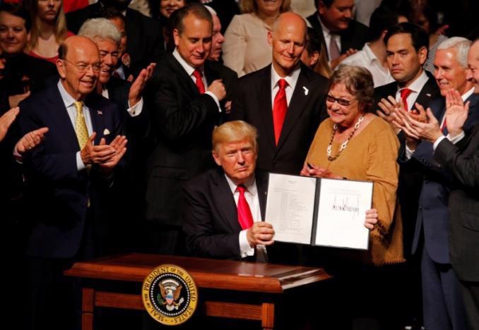 Tổng thống Mỹ Donald Trump ký sắc lệnh về Cuba ngày 16/6 - Ảnh: Reuters.