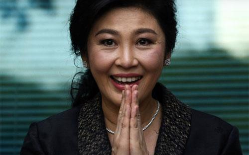 Cựu Thủ tướng Thái Lan Yingluck Shinawatra chắp tay chào người ủng hộ bà ở Bangkok hôm 1/8 - Ảnh: Reuters.<br>