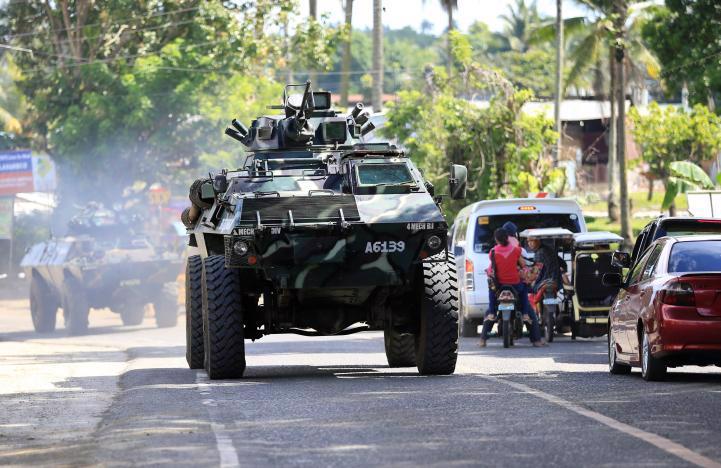 Xe quân đội Chính phủ Philippines trên đường đến giải phóng thành phố Marawi bị phiến quân Maute chiếm đóng ngày 24/5 - Ảnh: Reuters.<br>