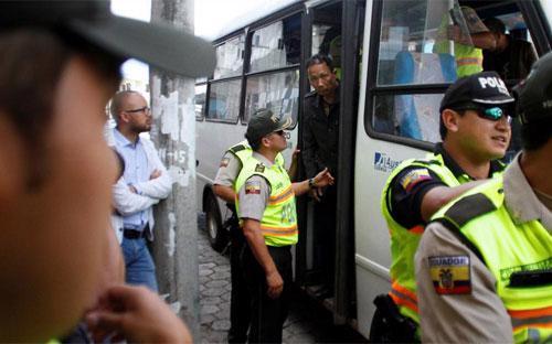 Một ngư dân Trung Quốc bước xuống xe bus ở San Cristobal, Ecuador sau khi bị bắt cùng với các thuyền viên Trung Quốc khác vì đánh bắt cá trái phép ở quần đảo Galapagos, hôm 25/8 - Ảnh: Reuters.<br>
