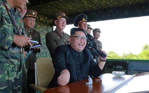 Nhà lãnh đạo Triều Tiên Kim Jong Un trong một chuyến thị sát quân đội - Ảnh: KCNA/Reuters.<br>