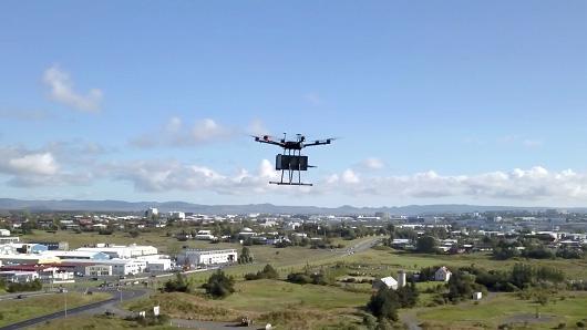 Một máy bay không người lái của Flytrex đang giao hàng ở Reykjavik, Iceland - Ảnh: CNBC.<br>
