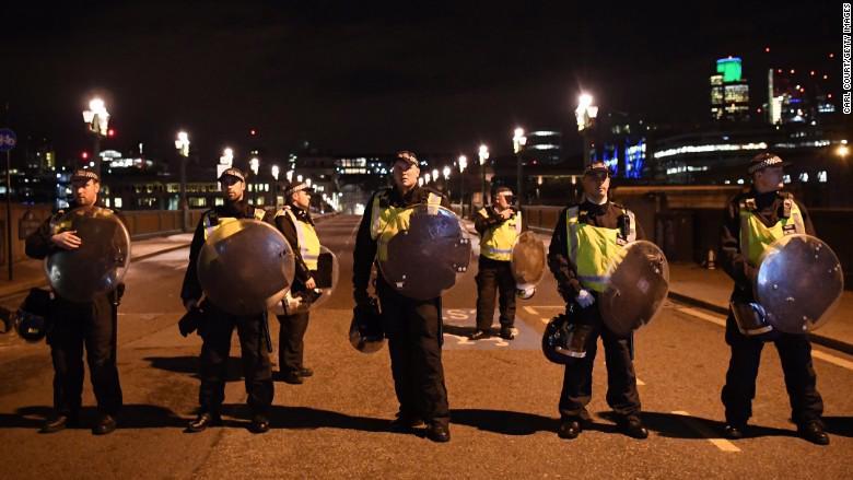 Cảnh sát có mặt trên cầu London sau vụ khủng bố mới đây - Ảnh: Getty/CNN.<br>