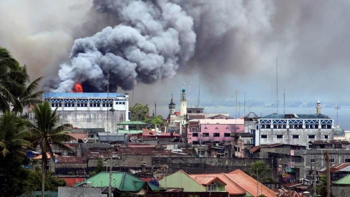 Phiến quân Maute vẫn chiếm giữ một số phần của Marawi, bất chấp những đợt không kích dữ dội của quân đội chính phủ Philippines - Ảnh: Reuters/FT.<br>
