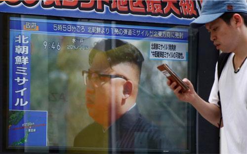 Một màn hình TV tại Tokyo, Nhật Bản phát sóng bản tin vụ phóng tên lửa của Triều Tiên sáng 29/8 - Ảnh: Reuters.<br>