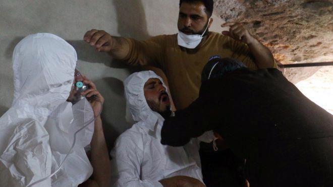 Hàng chục dân thường đã thiệt mạng trong vụ tấn công bị cho là bằng vụ khí hóa học ở Syria hồi tháng 4 - Ảnh: Reuters/BBC.<br>