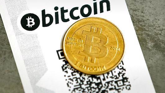Giá Bitcoin mới chỉ vượt giá vàng lần đầu tiên hồi đầu tháng 3 năm nay - Ảnh: Reuters/CNBC.<br>