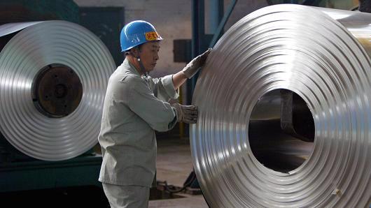 Công nhân làm việc trong một nhà máy thép ở Vũ Hán, Trung Quốc - Ảnh: Reuters/CNBC.<br>