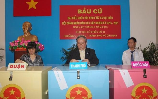 Tổng giám mục Tổng giáo phận Tp.HCM Bùi Văn Đọc bỏ phiếu tại điểm bầu cử khu vực bỏ phiếu số 41, phường 6, quận 3, Tp.HCM - Ảnh: Quang Nhựt/TTXVN.<br>