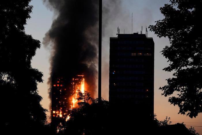 Chung cư Grenfell Tower bị cháy ở London ngày 14/6 - Ảnh: Reuters.<br>