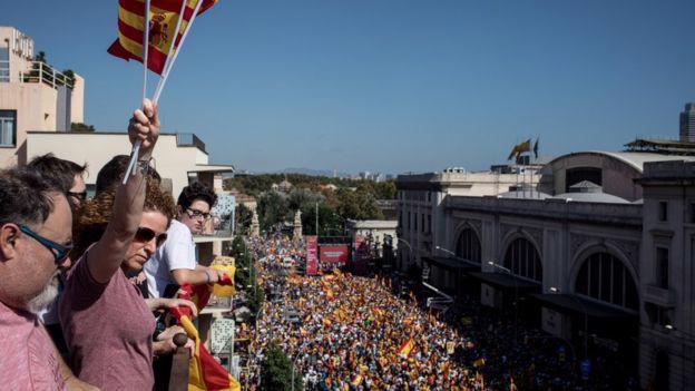 Biểu tình phản đối ly khai ở Catalonia ngày 8/10 - Ảnh: Getty/BBC.<br>