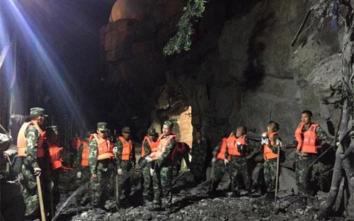 Lực lượng cứu hộ đang tìm kiếm nạn nhân sau vụ động đất ở Tứ Xuyên đêm 8/8 - Ảnh: Reuters.<br>