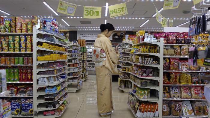 Tâm lý lạc quan của người tiêu dùng Nhật gia tăng trong quý 2 - Ảnh: EPA/FT.<br>