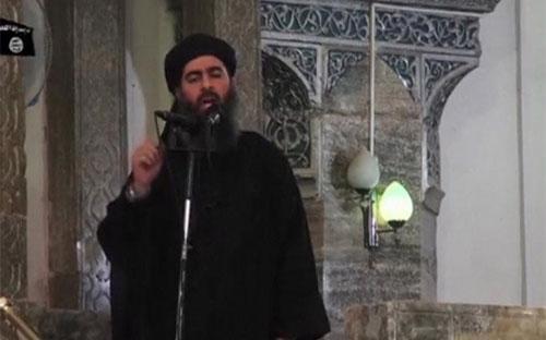 """Ảnh cắt từ đoạn băng video trùm khủng bố Abu Bark Al-Baghdadi tuyên bố thành lập """"Nhà nước Hồi giáo"""" tại một nhà thờ Hồi giáo ở Mosul, Iraq vào năm 2014 - Ảnh: Reuters.<br>"""