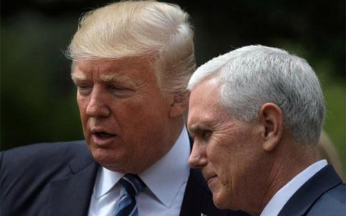 Phó tổng thống Mỹ Mike Pence (phải) và Tổng thống Donald Trump - Ảnh: Reuters.<br>