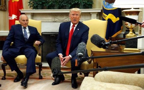 Tổng thống Mỹ Donald Trump (trái) phát biểu trước các nhà báo tại Nhà Trắng hôm 31/7. Bên cạnh ông Trump là Chánh thư ký mới được bổ nhiệm John Kelly - Ảnh: Bloomberg.<br>