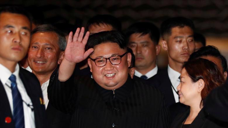 Nhà lãnh đạo Triều Tiên Kim Jong Un đi dạo buổi tối ở Singapore ngày 11/6 - Ảnh: Reuters.