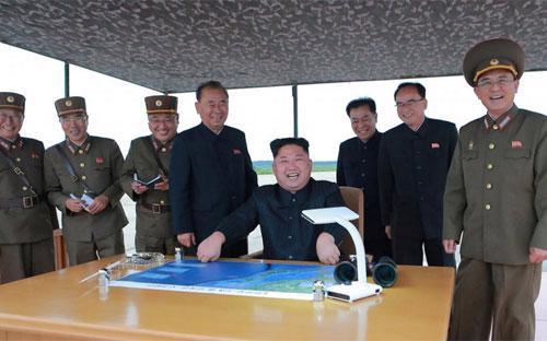 Nhà lãnh đạo Triều Tiên Kim Jong Un thị sát một cuộc tập trận tên lửa của quân đội nước này - Ảnh: KCNA/Reuters.<br>