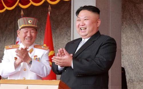 Nhà lãnh đạo Triều Tiên Kim Jong Un trong lễ kỷ niệm 105 năm ngày sinh lãnh tụ Kim Nhật Thành hồi tháng 4 năm nay - Ảnh: KCNA/Reuters.<br>