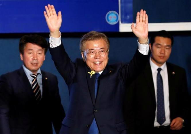 Ông Moon Jae-in vẫy chào người ủng hộ ngày 9/5 - Ảnh: Reuters.<br>