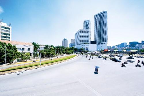 Toạ lạc tại 241 Xuân Thuỷ, Cầu Giấy với vị trí đắc địa tại của ngõ phía  Tây Hà Nội, trên các giao lộ chính với các đường Phạm Văn Đồng và Phạm  Hùng, Indochina Plaza Hanoi đóng vai trò là công trình đa năng sang  trọng đẳng cấp nhất của thành phố.