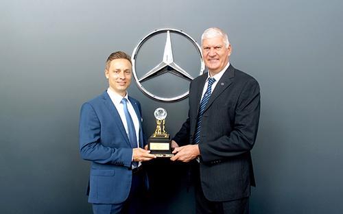 (Từ trái qua) ông Heiko Guenther, Giám đốc hậu mãi Mercedes-Benz Việt Nam trao giải thưởng Dịch vụ Xuất sắc cho ông Eugene Losew, Tổng giám đốc Vietnam Star Automobile.