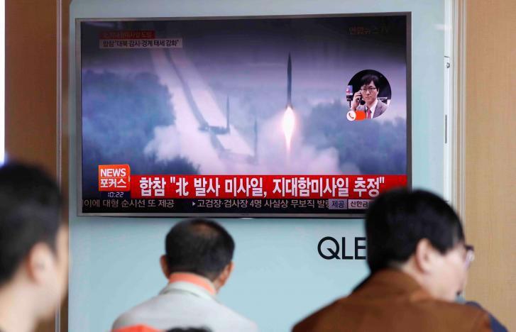 Một màn hình TV ở Seoul, Hàn Quốc phát bản tin về vụ phóng tên lửa mới nhất của Triều Tiên - Ảnh: Reuters.<br>
